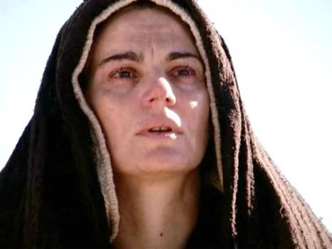 Marie au pied de la croix, dans le film La Passion du Christ Marie au pied de la croix, dans le film La Passion du Christ de Mel Gibson.