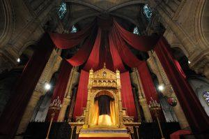 25 mars 2016: La sainte Tunique du Christ dans son reliquaire vitrine en la basilique Saint Denys d'Argenteuil. Argenteuil, 95. France.